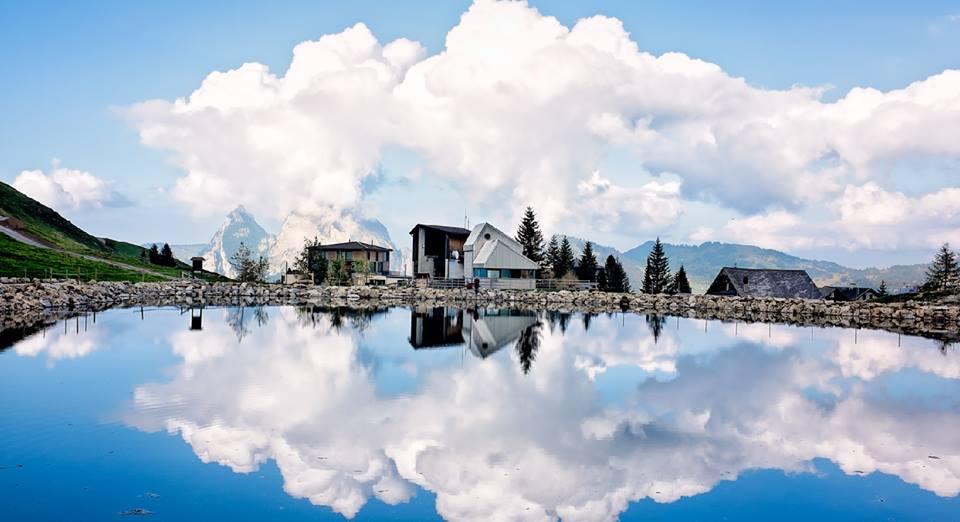 바다와 강과 하늘과 집과 구름이 있는 풍경