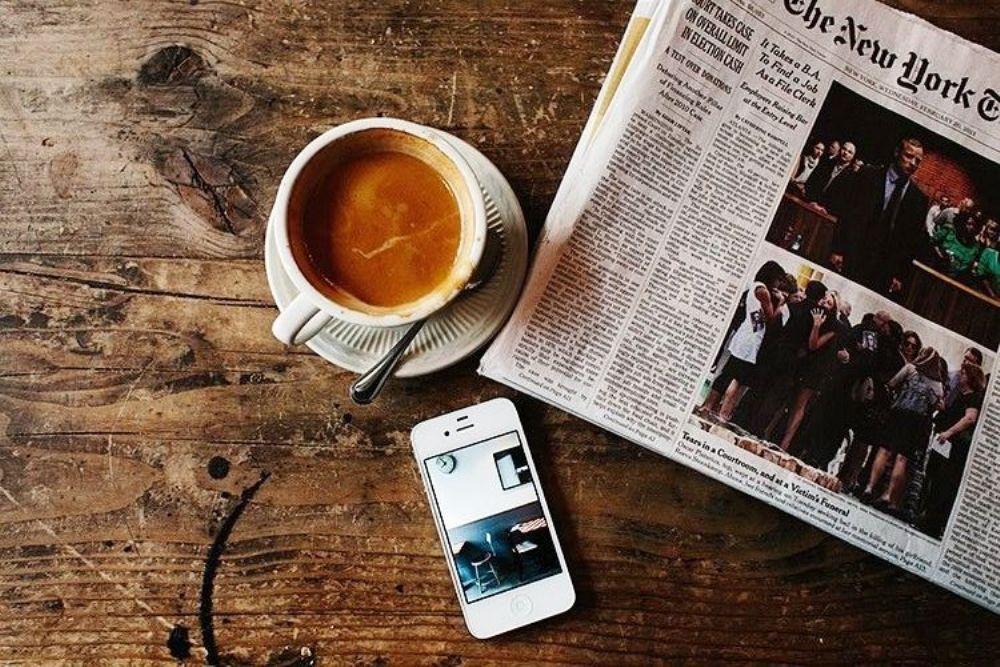 커피 스마트폰 신문 책상 ba237f71bb78c5080c4db64459e092cc